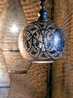 Sprookjeshanglamp bol - Happinez  Gemaakt door ambachtslieden in Egypte, net als de staande modellen en de waxinelichthouders, die ook verkrijgbaar zijn in de webshop. Ze graveren een koperen bol of peer en voorzien deze van tientallen gaatjes, waar het licht zacht doorheen kan schijnen. Daarna gaat er een zilverkleurige toplaag overheen.   Waar je deze lampen ook ophangt, je hebt meteen een warme sprookjessfeer. Beide modellen zijn verkrijgbaar in twee maten.