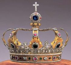 The Crown of the King of Bavaria was ordered and designed for Maximilian I after Napoleon had raised Bavaria to kingdom status. Looks like a match for the queen's crown of the same period. Royal Crown Jewels, Royal Crowns, Royal Tiaras, Royal Jewelry, Tiaras And Crowns, Gold Jewellery, Faberge Eier, Bling Bling, Ludwig