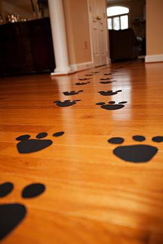Good idea for grooming shop paw prints on the floor.but with four toes:) Bolo Do Paw Patrol, Paw Patrol Party, Paw Patrol Birthday, Puppy Birthday Parties, Puppy Party, 4th Birthday, Fireman Birthday, Birthday Ideas, Doggy Birthday