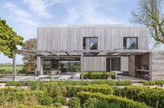 House in Oxfordshire par Peter Feeny Architects - Oxfordshire, Angleterre. Jolie maison contemporaine anglaise toute de chêne vêtue du sol à la toiture