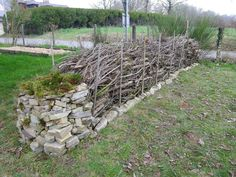 Garden Hoe, Garden Fencing, Backyard Projects, Garden Projects, Wire And Wood Fence, Cerca Natural, Country Fences, Chicken Garden, Natural Fence