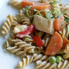 Makaron razowy z kurczakiem i warzywami to dobry pomysł na zdrowy, sycący i szybki obiad.