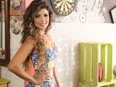 Paula Fernandes exibe a cintura fina em foto de biquíni e saia: 'Delícia de dia'