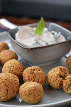 Zutaten: ✔ 250 g gekochte Kichererbsen ✔½ TL getrockneter Koriander ✔½ TL gemahlener Kreuzkümmel ✔½ TL Salz ✔1 kleiner Zwiebel ✔1 Prise Pfeffer ✔2-3 Stk. Knoblauchzehen ✔2 EL Zitronensaft ✔5 EL Hanfsamen ✔Öl zum Braten 🧆 Die Kichererbsen mit Zitronensaft vermischen. Zwiebel und Knoblauch in kleine Würfel schneiden und hinzugeben. Die Masse mit dem Stabmixer pürieren. Mit den Gewürzen abschmecken. In der Pfanne goldbraun herausbraten oder für 20-25 Minuten bei 200 Grad in den Ofen 🌱 Falafel, Superfood, Cookies, Desserts, Hemp Seeds, Garlic, Cilantro, Simple, Food Food