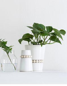 Nuppu vase. Material: ceramics and wood - Aarikka