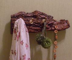 Perchero realizado con un trozo de tronco de  árbol. Natural rack http://www.tusmanosylasmias.blogspot.com.ar/