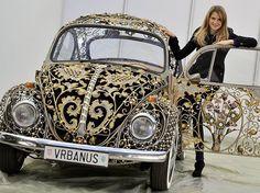Noch Auto oder nur noch Kunst? Dieser VW-Käfer (Baujahr 1970) wurde vom kroatischen Kunstschmied Sandro Vrbanus unter anderem mit 24-Karat Gold verziert.