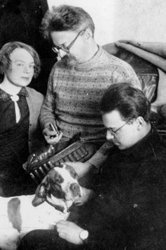 Trotski, su segunda mujer y su hijo, en 1928. ALBUM