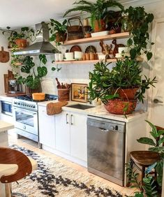 Boho Kitchen and Dining Room Inspiration – Nikola Kosterman - Küche Hippie Kitchen, Bohemian Kitchen, Kitchen Dining, Kitchen Decor, Kitchen Interior, Dining Room Inspiration, Interior Design Living Room, Kitchen Remodel, Diy Home Decor