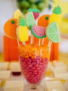 Esse clima de verão pede festas divertidas, frescas, cheias de cores que garantem um sorriso no rosto e bons momentos com as pessoas que você ama.