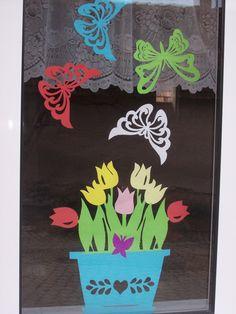 tulipány a motýlci v okně