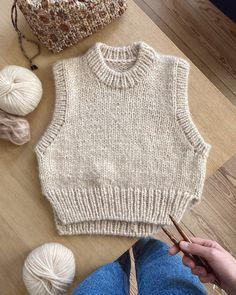 Holiday Slipover – PetiteKnit Crochet Clothes, Diy Clothes, Big Yarn, Vest Pattern, Sweater Patterns, Stockinette, Knit Vest, Knit Fashion, Mode Outfits