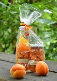 Marillenbauer Harald Aufreiter hat dieses köstliche Set, bestehend aus einer Flasche Marillennektar und einem Glas Marillenfruchtaufstrich, aus Wachauer Marillen zubereitet. Fruit Garden, Spreads, Flasks, Corning Glass