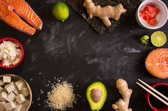 Set of ingredients for sushi. Frame Photos Overhead shot of ingredients for sushi on dark background. Raw salmon steak, rice, cream cheese, avo by its_al_dente Raw Salmon, Salmon And Rice, Salmon Recipes, Asian Recipes, Sushi Ingredients, Raw Ginger, Sushi Set, Drink Photo, Food Backgrounds