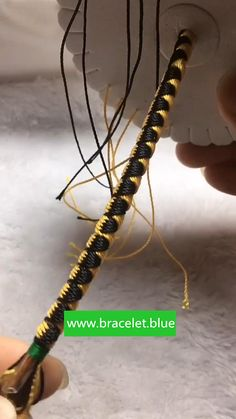 Diy Bracelets Video, Diy Bracelets With String, Friend Bracelets, Diamond Friendship Bracelet, Diy Friendship Bracelets Patterns, Macrame Bracelet Diy, Bracelet Crafts, Beaded Jewelry Designs, Diy Jewelry