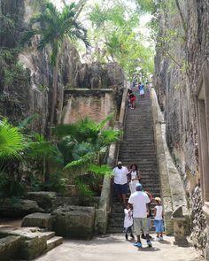 Die Queen's Staircase, diesmal von der Unterseite; ihren Namen erhielt die Treppe erst 91 Jahre später nach ihrem Bau 1793 anlässlich des 65. Geburtstags von Queen Victoria; hier hat man einen phantastischen Blick über Nassau und den Hafen!