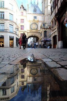 le gros horloge dans une flaque d'eau - rouen typique
