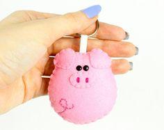 Items similar to Pig felt keychain, pink felt plush, funny and cute gift, purse and bag kawaii accessory, farm animals on Etsy Pig Crafts, Felt Crafts Diy, Felt Diy, Sewing Toys, Sewing Crafts, Sewing Projects, Felt Patterns, Craft Patterns, Felt Keychain