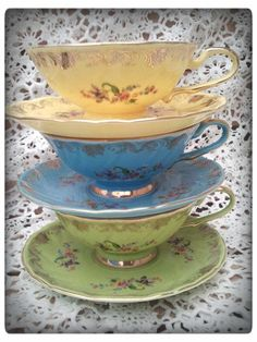 Sada šálků na čaj * barevný porcelán s jemnými malovanými květy.