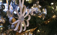Easy DIY Christmas decorations tutorials with steps for making cheap Christmas ornaments and hangings for decorating home and Christmas tree Cheap Christmas Ornaments, Diy Christmas Decorations Easy, Paper Ornaments, Christmas Paper, Paper Decorations, Simple Christmas, Holiday Crafts, Christmas Holidays, Holiday Ideas
