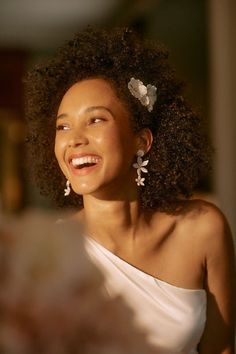 Delicate florals add a bohemian aesthetic to golden pins, perfect for a backyard wedding or any event calling for extra flair! Wedding Hairstyles For Medium Hair, Elegant Hairstyles, Vintage Hairstyles, Easy Hairstyles, Elegant Wedding Hair, Vintage Wedding Hair, Wedding Bride, Medium Hair Styles, Natural Hair Styles