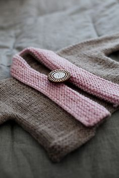 Debbie Bliss baby cardigan with a shawl collar. Love the dramatic button too. >> Knit baby cardigan sweater @Amanda Snelson Snelson Janitz