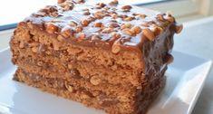 Denne Snickerskaken er noe av det beste jeg vet. Kombinasjonen av luftig og sprø bunn med Ritz og peanøtter, karamell, sjokolade og salte peanøtter er en oppskrift på suksess Food Cakes, Cookie Recipes, Dessert Recipes, Norwegian Food, Types Of Cakes, Pudding Desserts, Snacks, Let Them Eat Cake, Cheesecakes