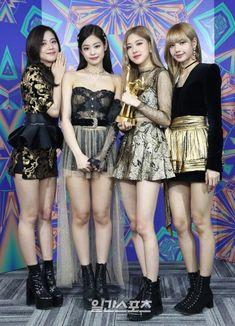 Congratulations to BLACKPINK for winning Cosmopolitan Artist Award at the 2019 Golden Disc Awards K Pop, Blackpink Outfits, Stage Outfits, Blackpink Fashion, Korean Fashion, Fashion Black, Fashion Trends, Kpop Girl Groups, Kpop Girls