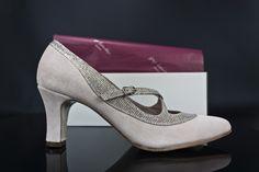 #zapato salón bajito en #ante y #pulsera y #detalles en #fantasia #glitter #handcrafted #shoes #fashion #moda #artesanal #zapatos #hechosamano #madeinspain #womenshoes jorgelarranaga.com