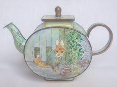 Under The Gate - Tale Of Peter Rabbit - Charlotte di Vita Trade Plus Aid Teapot