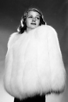 American actress Rita Hayworth encased in a fur jacket. Get premium, high resolution news photos at Getty Images Rita Hayworth, Vintage Fur, Mode Vintage, Vintage Ladies, Vintage Vogue, Vintage Glamour, Vintage Beauty, Vintage Clothing, Vintage Photos