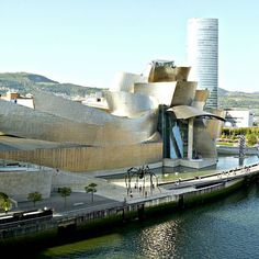 The landscape of Bilbao would not be the same without the striking buildings of the Guggenheim Museum and the Iberdrola Tower  viajarporquesim.blogs.sapo.pt  #travelblog #travelgram #travelling #travel #bloguedeviagens #viajar #viagens #nofilter #bilbau #bilbao #spain #espanha #museum #guggenheimmuseum #guggenheimbilbau #iberdrolatower [link in bio]