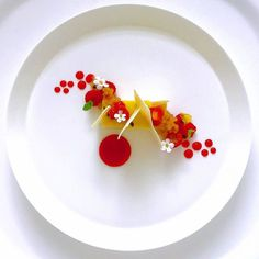 White chocolate parfait with strawberry gel and fruit caviar by Chef Jason Howard Weight Watcher Desserts, Plated Desserts, Mini Desserts, Chocolate Parfait, White Chocolate, Food Design, Michelin Star Food, Plate Presentation, Low Carb Dessert