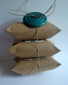 DIY Pillow Boxes: Upcycling toilet paper and paper towel rolls. Toilet Paper Roll Art, Rolled Paper Art, Soap Packaging, Pretty Packaging, Crafts To Do, Arts And Crafts, Paper Crafts, Paper Towel Rolls, Idee Diy