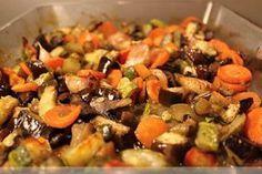 Hrozne ale hrozne dobré jedlo. Nič viac k tomunetreba napísať. 300 g baklažánu 400 g cukety 200 g šampiňónov 5 väčších kusov mrkvy 1celá... Vegan Recipes, Cooking Recipes, Food Design, Raw Vegan, Ratatouille, Pot Roast, Vegetable Recipes, Good Food, Food And Drink