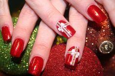 déco ongles Noël et nouvel an en rouge avec des noeuds en blanc