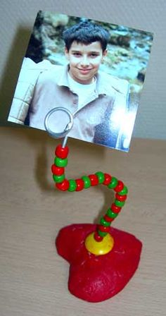 Another idea for a photo holder. Vbs Crafts, Bead Crafts, Diy And Crafts, Crafts For Kids, Picture Holders, Photo Holders, Heart Projects, Projects For Kids, Work Gifts