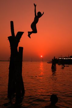 Water fun at #sunset #silhouettes@http://turbotwister.ru/blog/forums/amazing-around/#