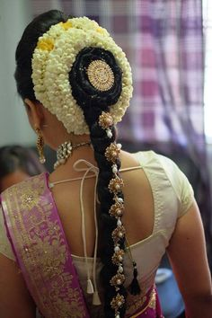 tamil bridal hairdo very simple yet beautiful. South Indian Wedding Hairstyles, Indian Hairstyles, Bride Hairstyles, Pretty Hairstyles, Easy Hairstyles, Bridal Braids, Bridal Hairdo, Engagement Hairstyles, Braut Make-up
