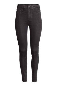 Джегинсы Super Skinny High: Джегинсы из суперэластичного стираного денима с очень узкими штанинами и высокой талией. На джегинсах спереди ложные карманы и настоящие карманы сзади.