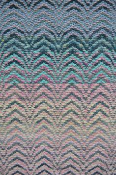 Kudekuviollinen räsymatto. ''Kirkonkaari'' tai ''luostarinikkuna'' Recycled Fabric, Recycled Crafts, Diy Crafts, Rag Rugs, Magic Carpet, Rug Hooking, Woven Rug, Textile Design, Loom
