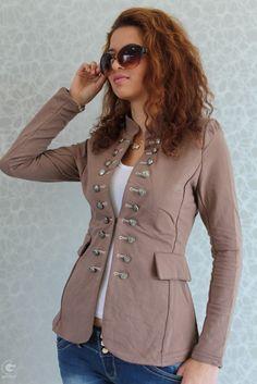 Изискано дамско сако със силно втален силует за дами с вкус. Сакото е изработено от плътно и еластично памучно трико, което го прави изключи...