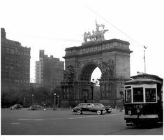 #TrolleyTuesday Trolley passing through Grand Army Plaza Memorial #ProspectPark Brooklyn NY