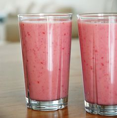 Jordbær smoothies smager af sol og sommer – den er lækkert cremet prøv at lave den på mandelmælk – Se opskriften lige her