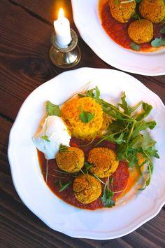 Vegetariska biffar med saffransris och indisk tomatsås
