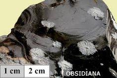 Obsidiana.Es una roca ígnea o magmática,volcánica,amorfa,cristales muy pequeños(no son visibles a simple vista)........