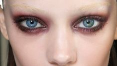 Do you want to make your eyes sparkle, shine and pop? This guide to eyeshadow looks for blue eyes will show you how to achieve flattering eye makeup. Burgundy Eyeshadow, Copper Eyeshadow, Eyeshadow For Blue Eyes, Black Eyeliner, Eyeshadow Looks, Makeup Looks Blue Eyes, Blue Eye Makeup, How To Apply Mascara, Fair Skin