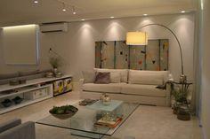 Apartamento para um jovem casal em tons de cinza: Salas de estar Minimalista por Helô Marques Associados