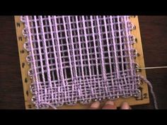 Pastilla con rombo central tejida en telar cuadrado de 11 cm.