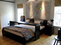 Передвижной столик для завтрака в постели - удобное и практичное решение для спальни.